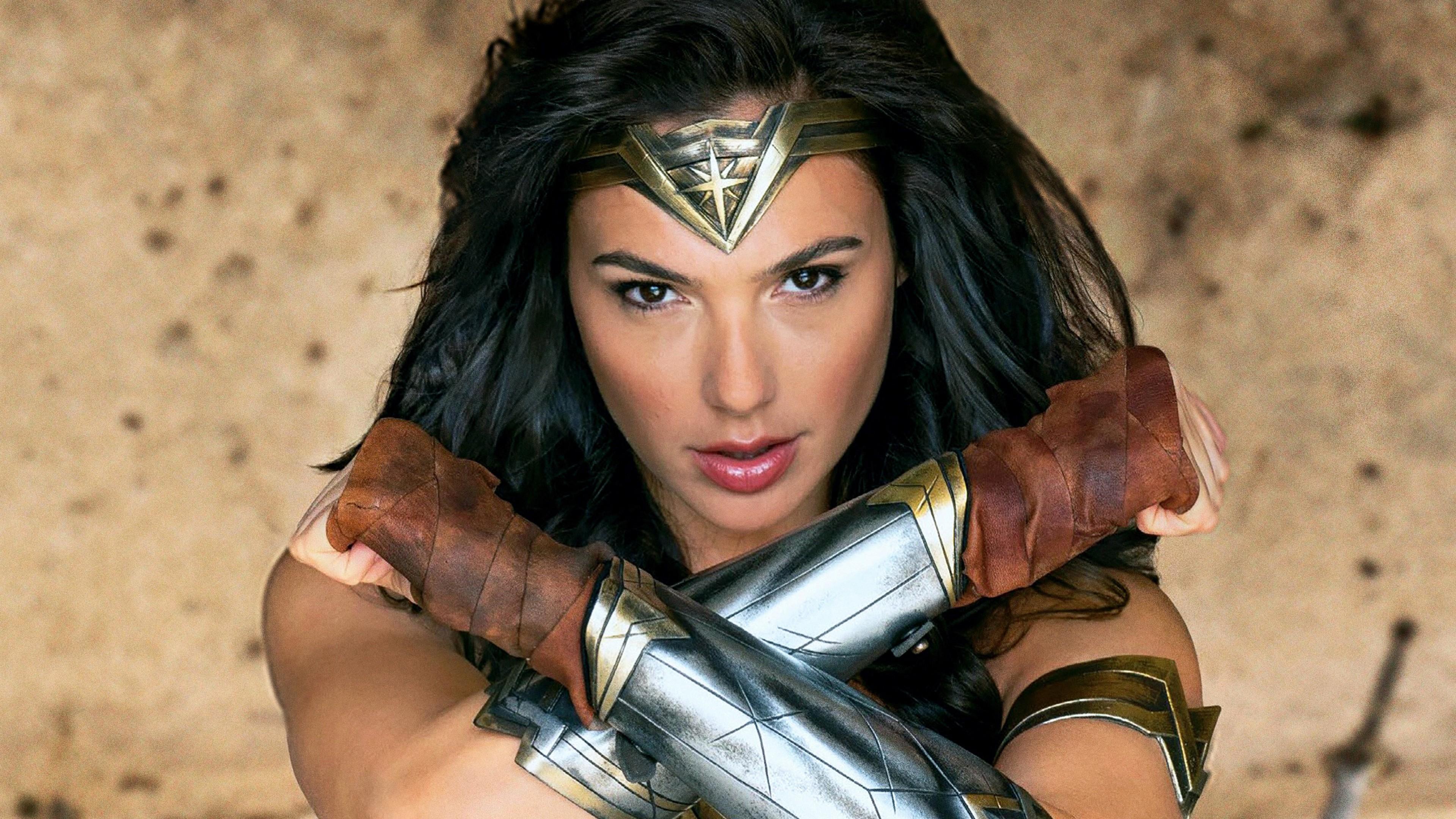 Темноволосая женщина - воин в латных доспехах и блеском в глазах