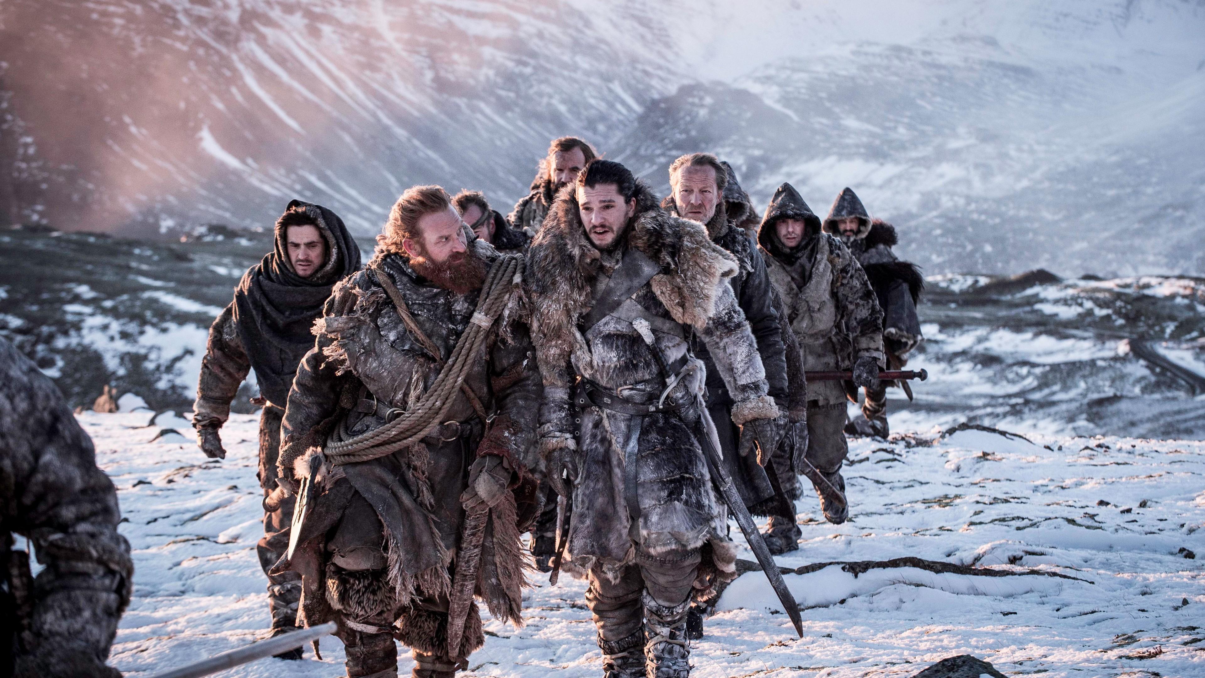 Одичалые в звериных шкурах с оружием в снежных горных вершинах