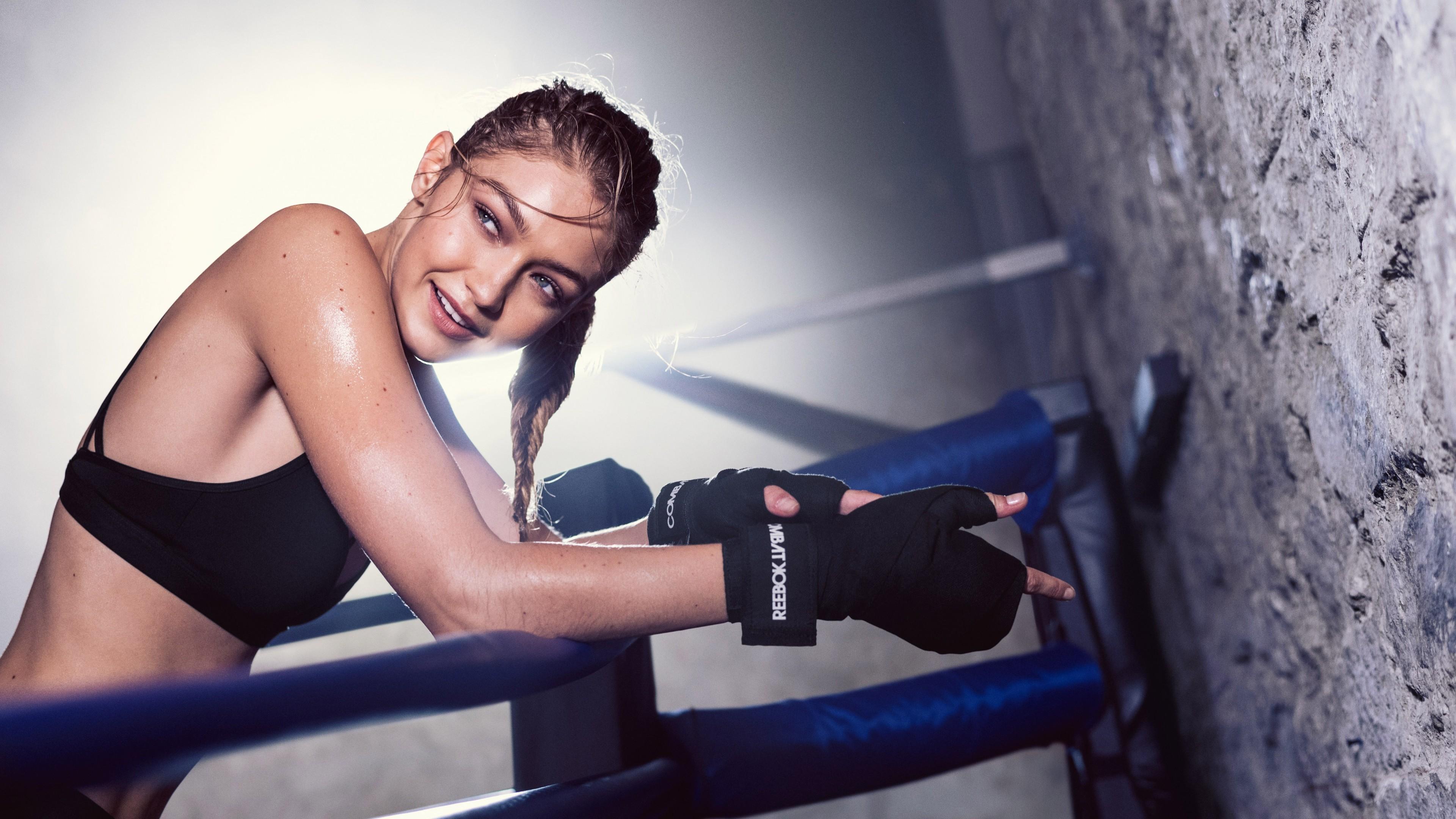 Девушка на тренировке в боксерских перчатках