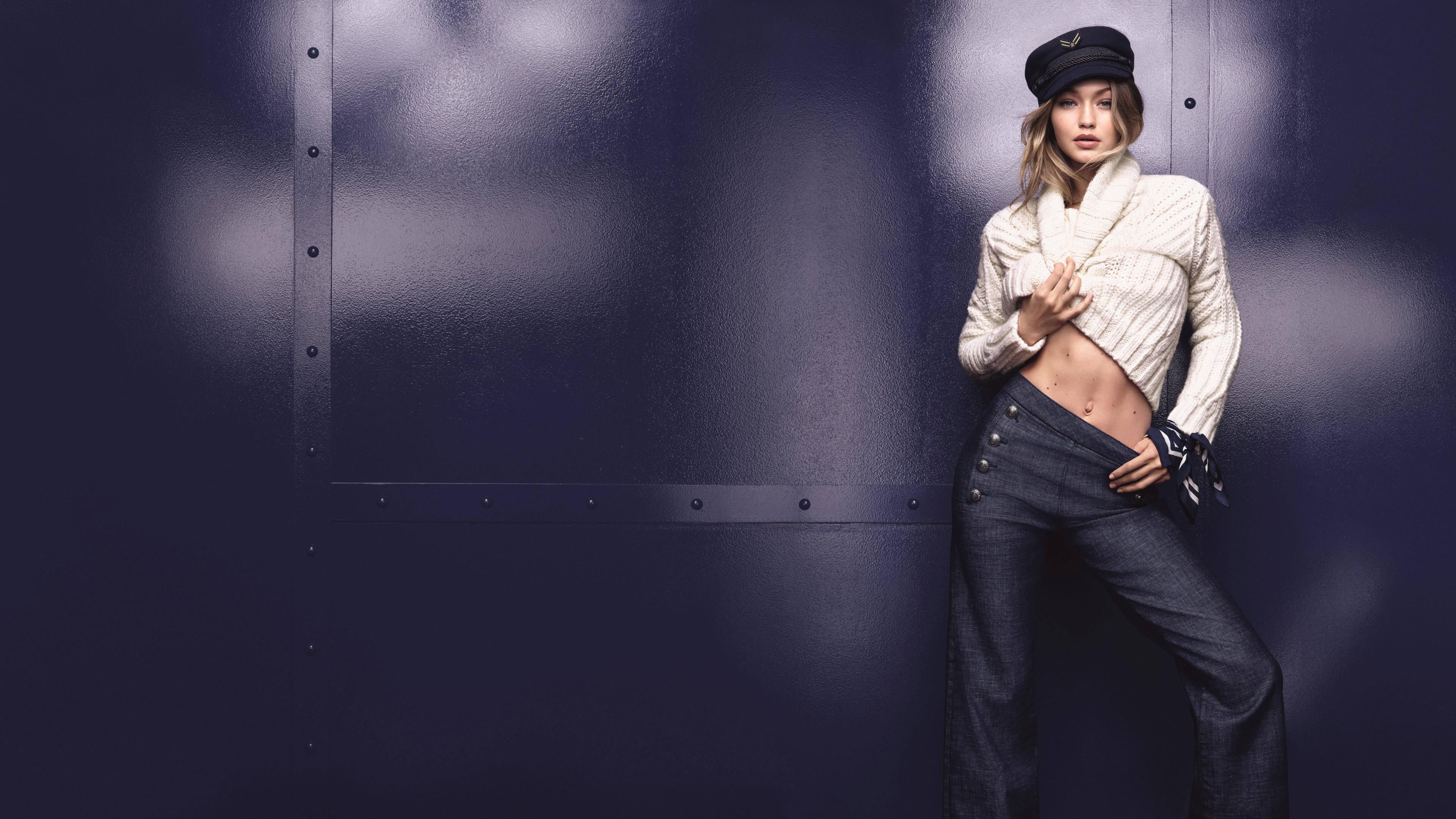 Фотосессия очаровательной блондинки в кепке