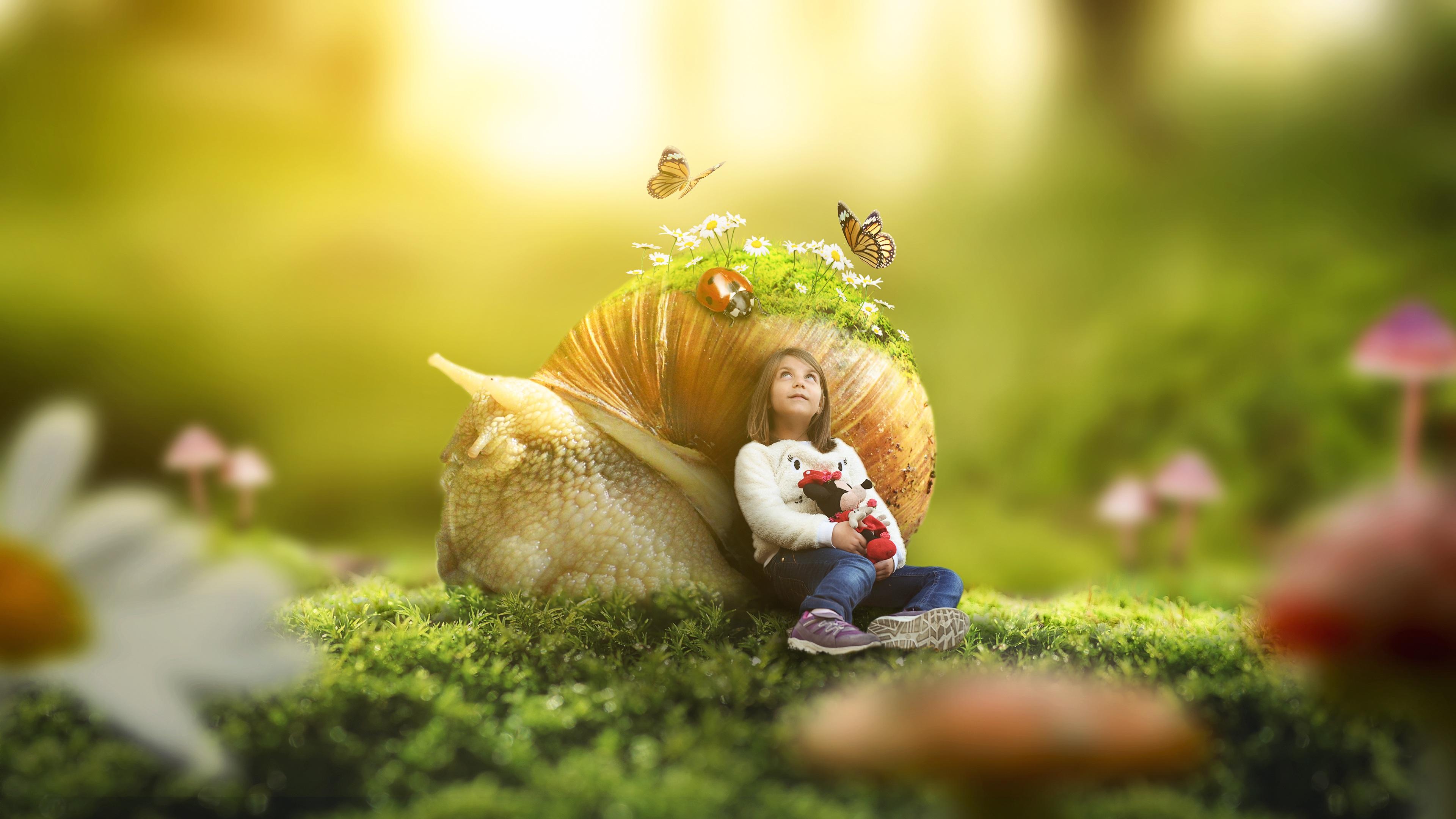 Большая улитка в бабочках и цветах с маленькой девочкой на зеленой поляне