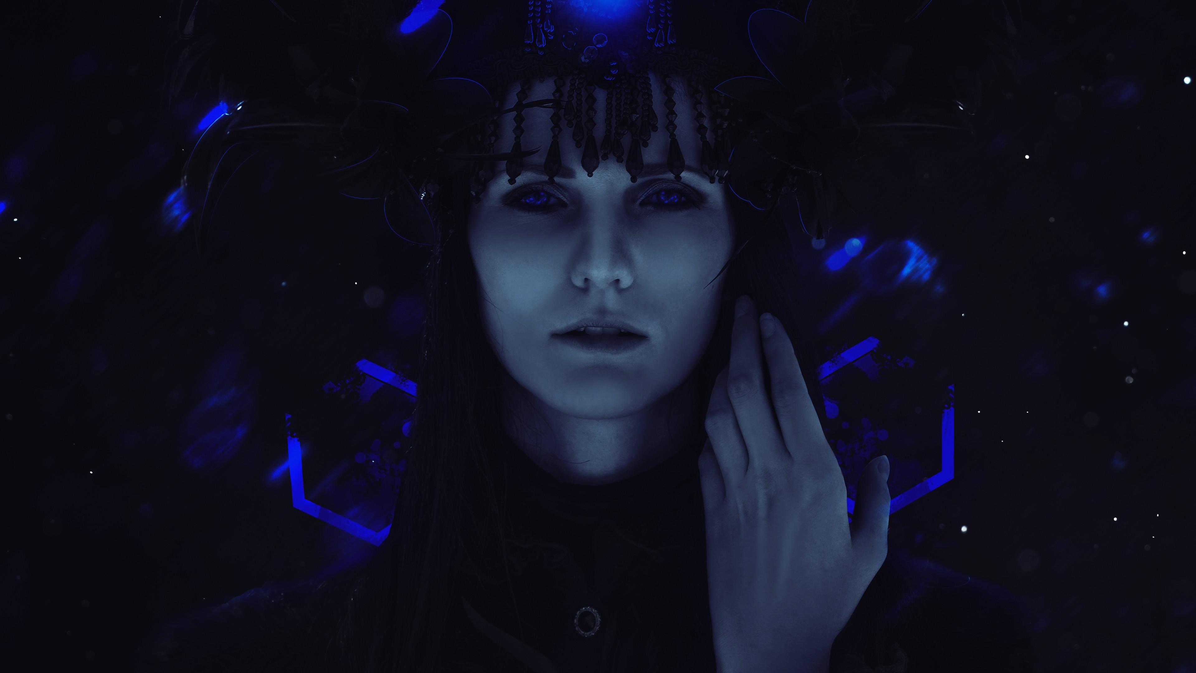 Магическая девушка с голубыми глазами в неоновых лучах на черном фоне
