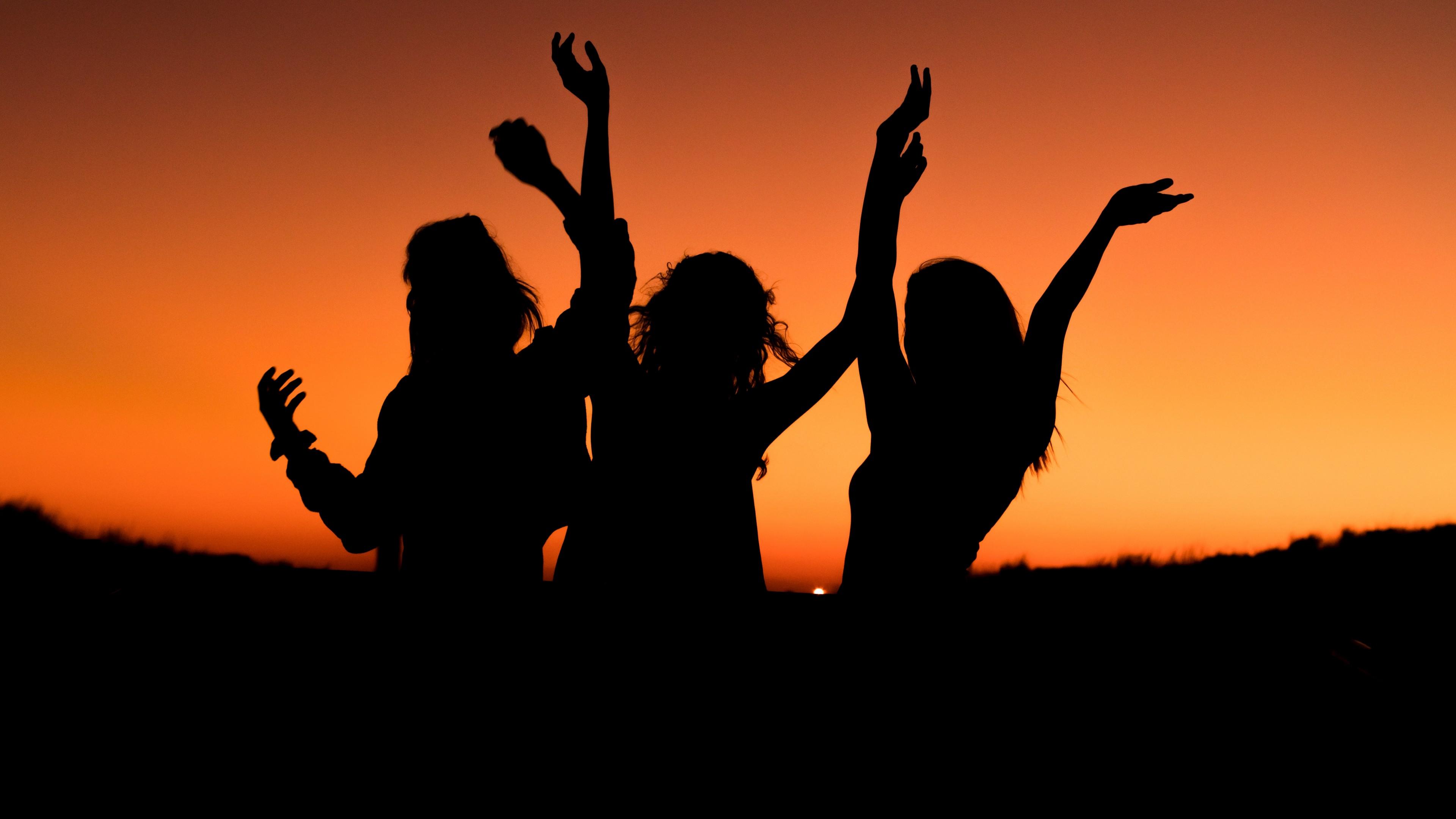 Танцы на песке в оранжево-золотых лучах закатного солнца