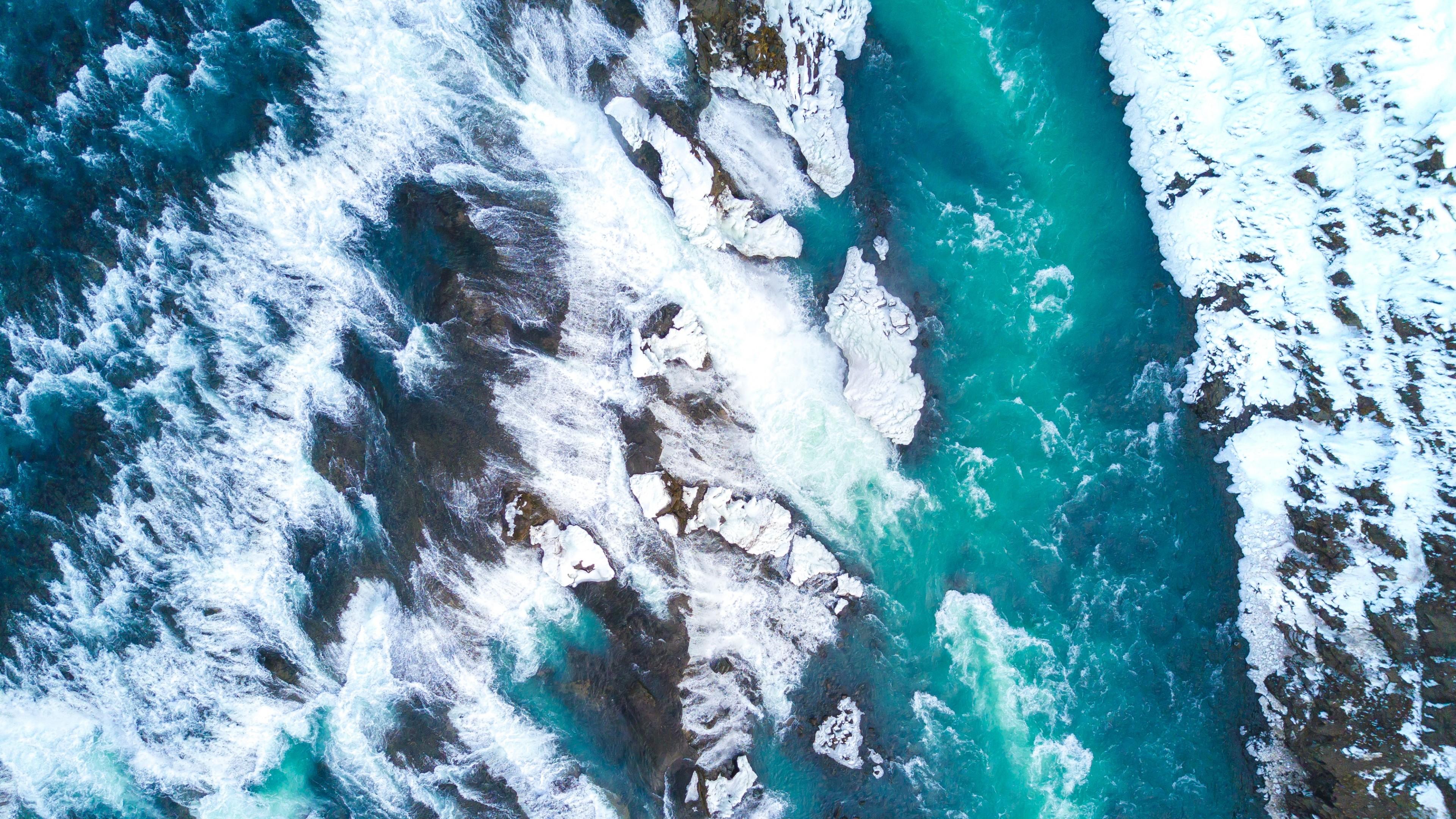 Нереально красивые льдины в темно-зеленых волнах океана