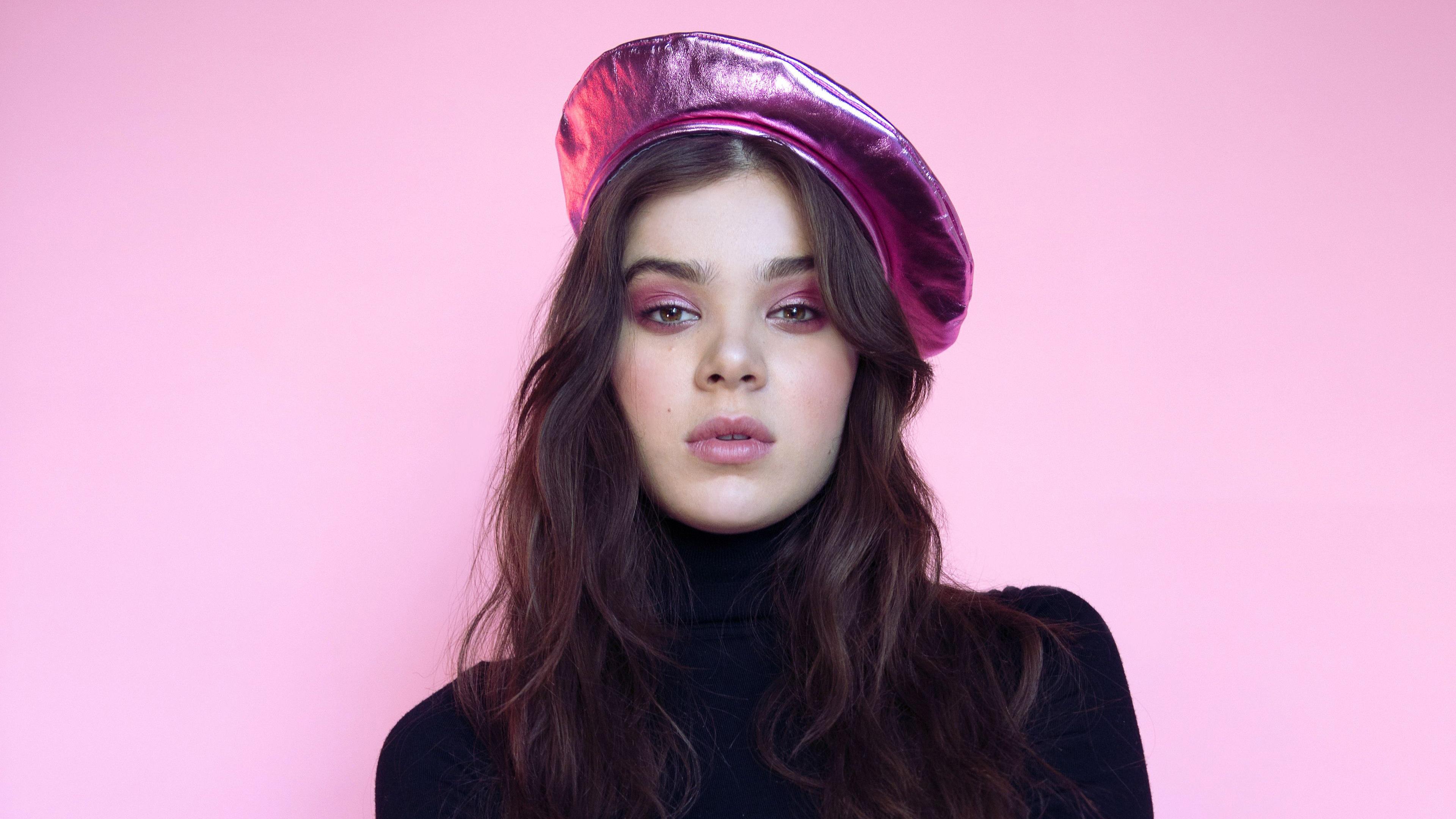 Фото молодой девушки-брюнетки в перламутровом берете