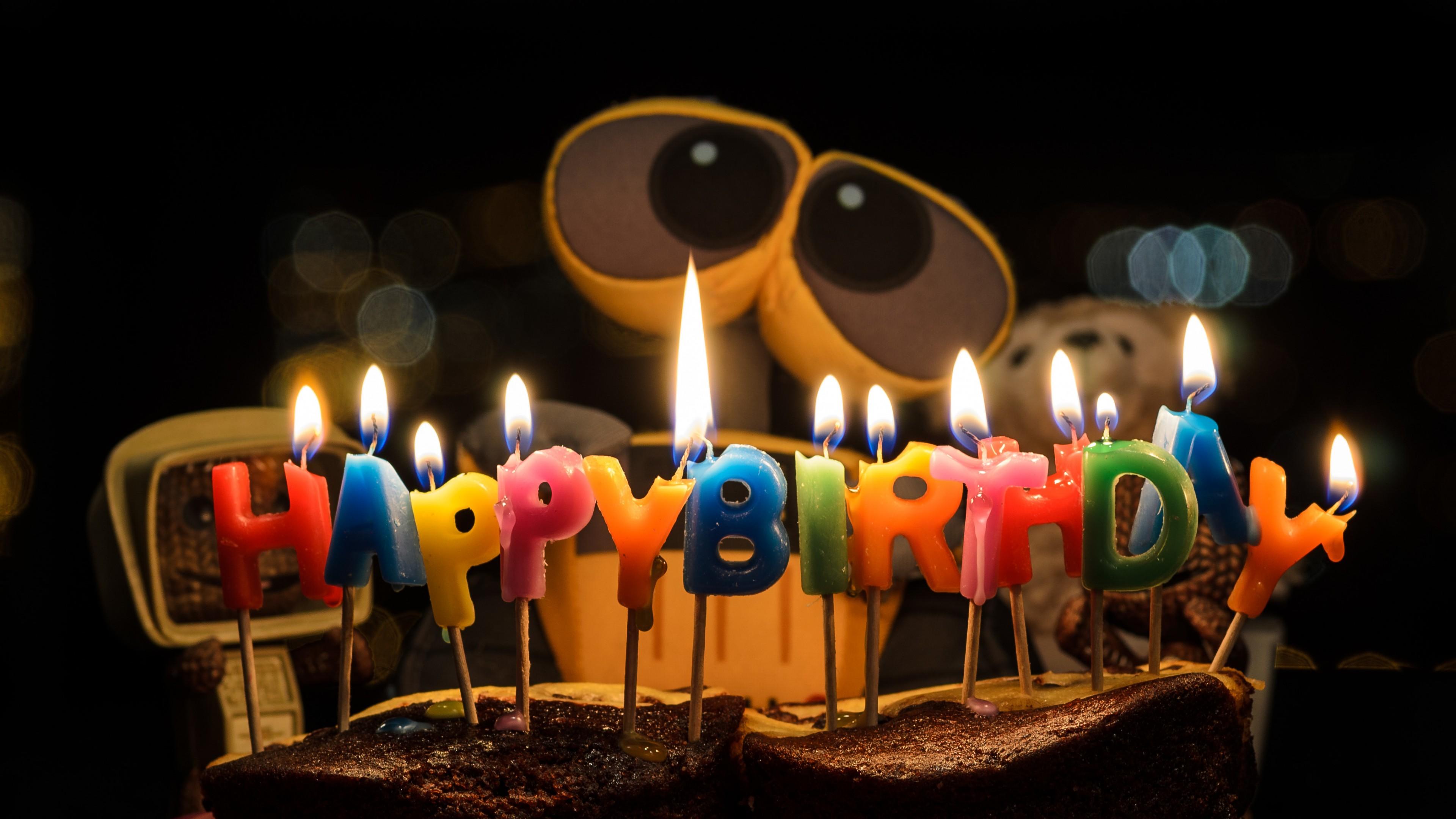 """Долгожданный подарок -робот на фоне красочных букв свечей"""" С днем рождения"""""""