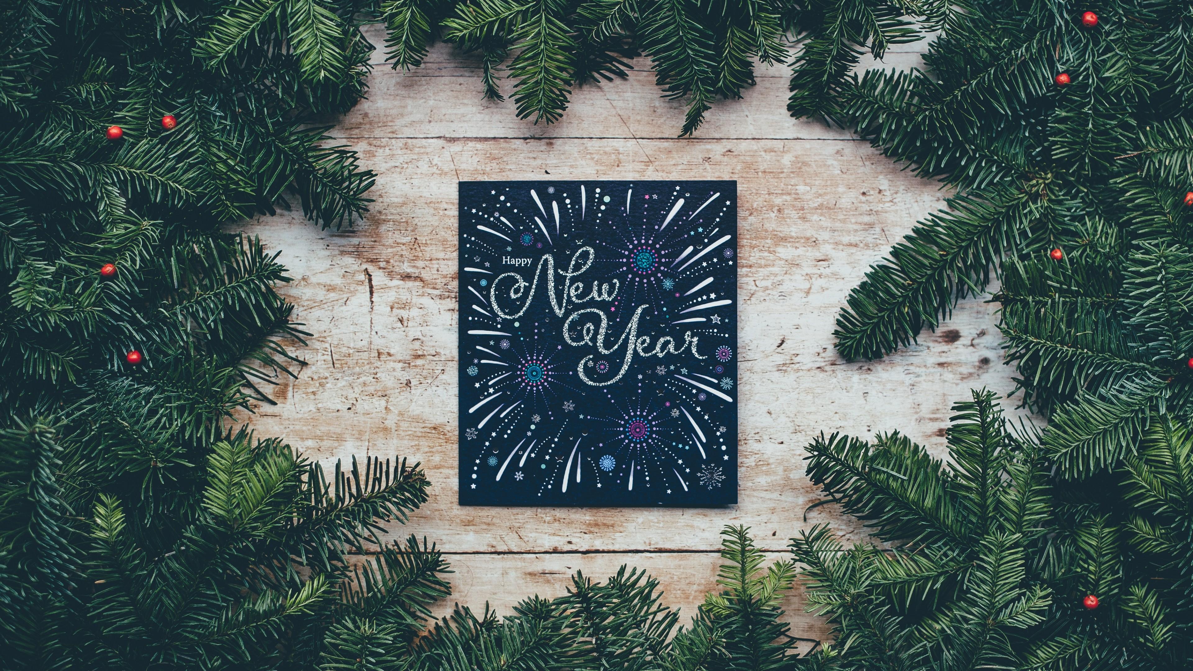 Новогодняя картина с фейерверками и салютами среди пушистых сосновых веток